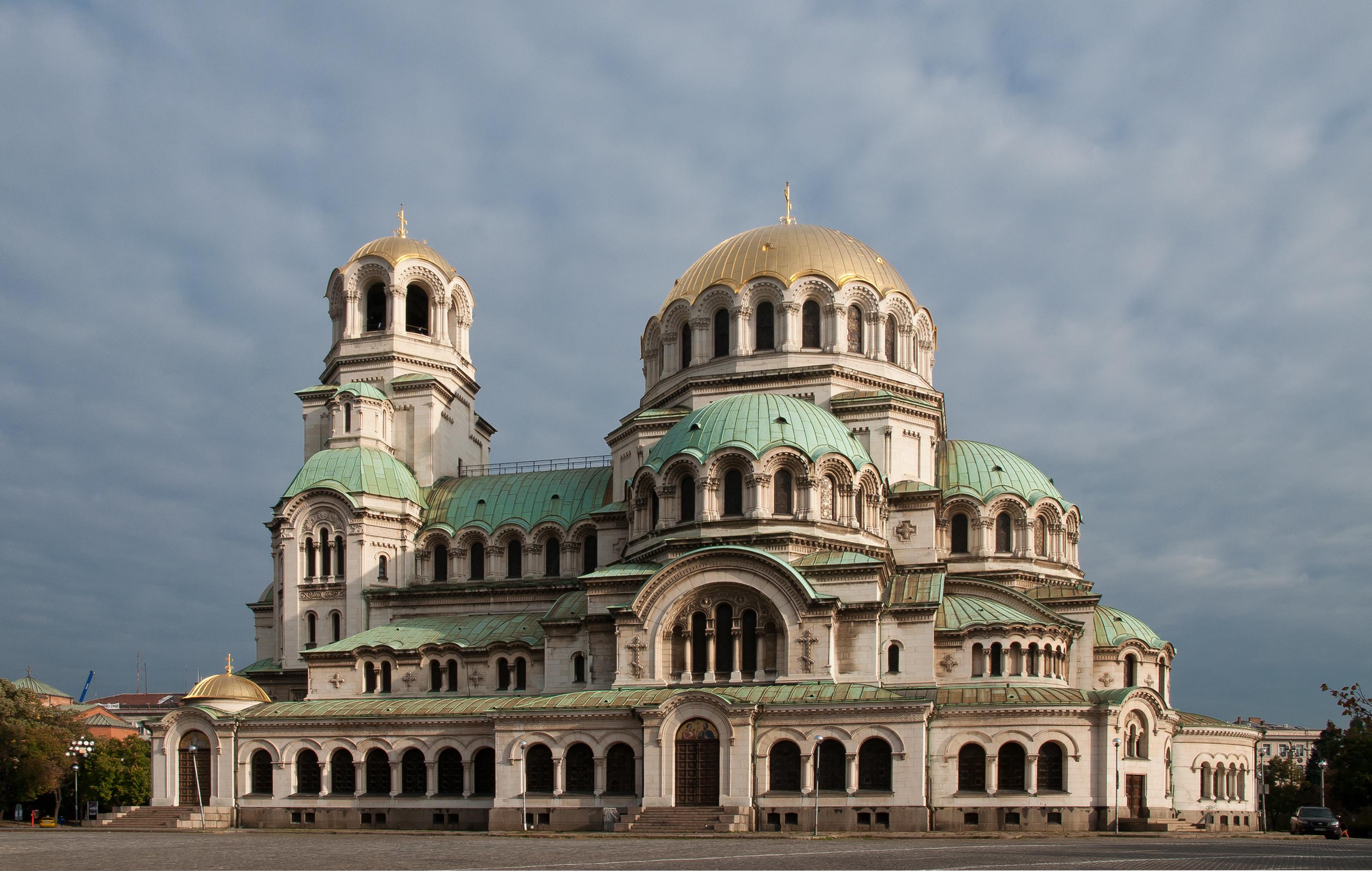 Страничен поглед към храм Александър Невски