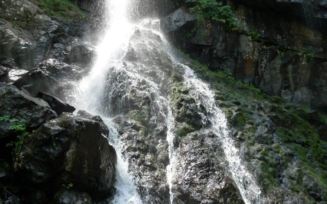 Боянския водопад сниман от долната част на водопада