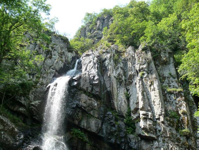 Боянския водопад сниман отдолу.