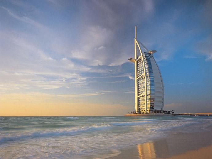 Бурж ал Араб е най-известният хотел в Дубай. Снимка по залез слънце.