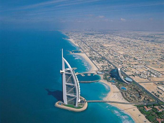 Снимка от въздуха на Бурж ал Араб на фона на Дубай