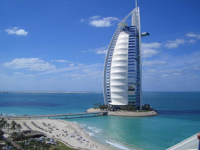 Бурж ал Араб погледнат от плажа Джумейра, Дубай