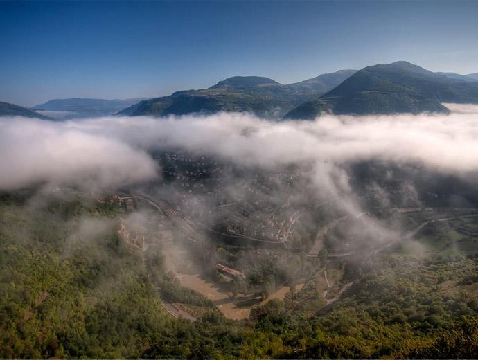 Искърското дефиле и река Искър през облаци, гледани отвисоко