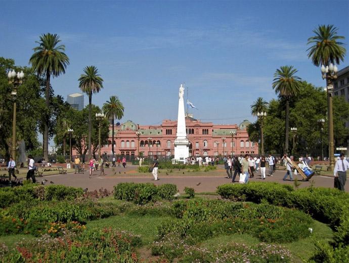 Плаза де Майо - отсреща се вижда Розовия дом в Буенос Айрес.