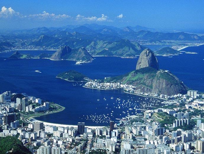 Панорамна снимка на Рио де Жанейро. На преден план е заливът Ботафого, а дясно - Захарната глава.