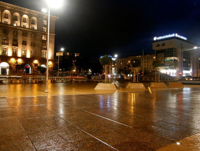 Площад Независимост в София, гледан от ЦУМ