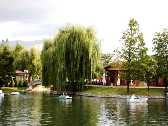 Езерото Ариана в София - едно от местата където може да избягате от градската суматоха.