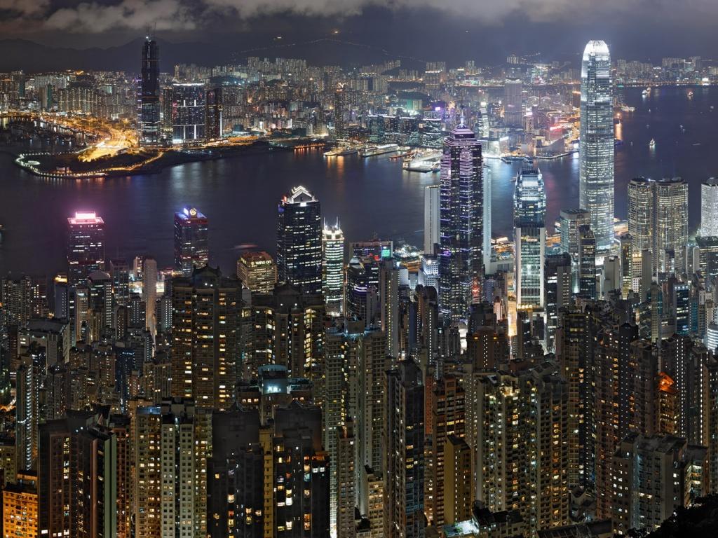 Още една нощна снимка - Хонконг. Вижда се част от залива, както и небостъргачите на космополитния Хонконг