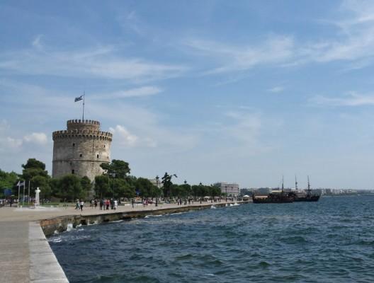 Бялата кула в Солун (в ляво) и крайбрежната алея.