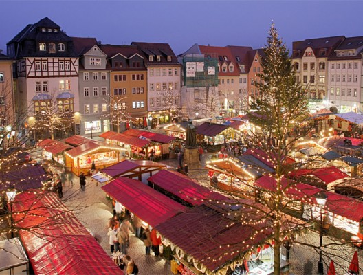 Коледен немски базар в Йена, Германия. Всички щандове по паважа са с коледна украса.