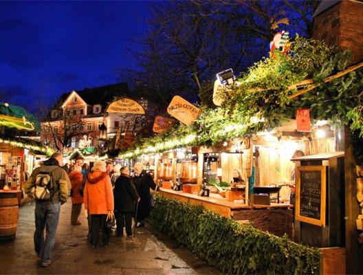 Коледен базар - дървени къщички и коледна украса