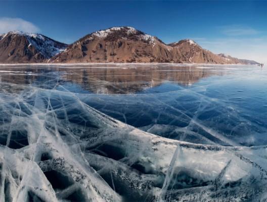 Цепнатените по дебелия лед на езерото Байкал в Сибир, Русия