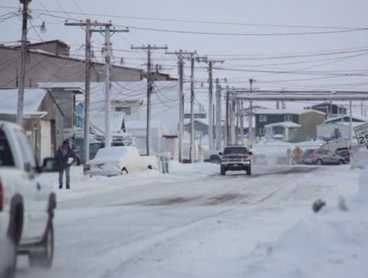 Пикапи се движат по замръзналите пътища в Аляска