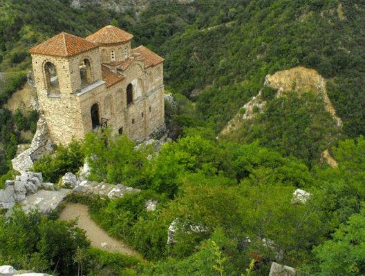 Забележителности край Пловдив - Асеновата крепост снимана отгоре. Виждат се хълмовете наоколо.