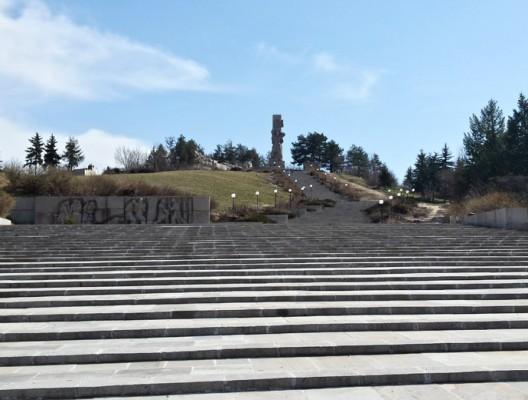 Величественият паметник в Панагюрище посветен на Априлското въстание и дългите стълби към него.