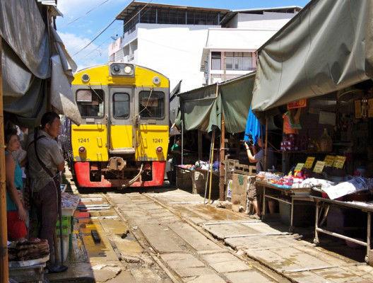 Пазарът Маеклонг в Банкок, Тайланд, докато минава влак.