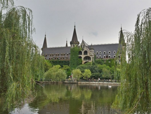 Замъкът в Равадиново гледан от плачещите върби край езерото с лебедите.