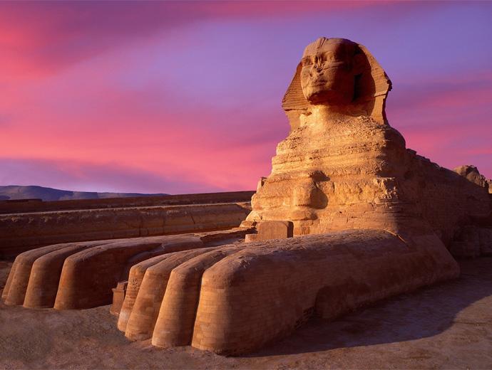 Сфинкът пред Пирамидите в Гиза по залез
