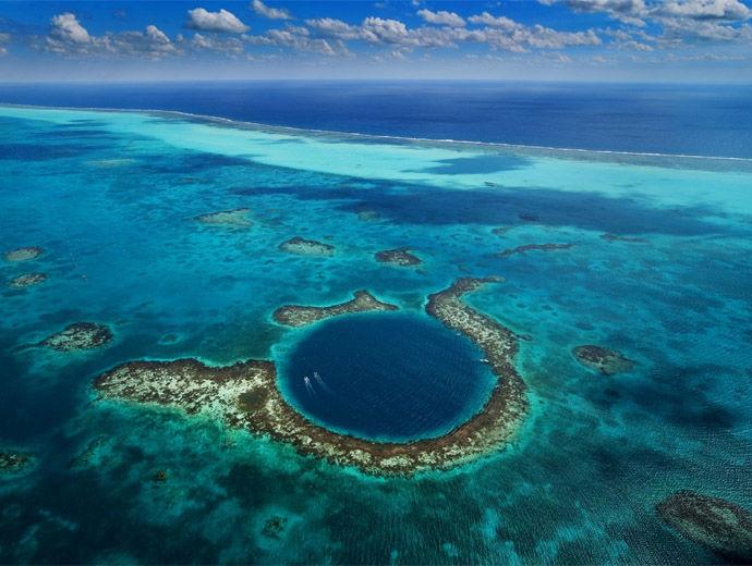 Голямата дупка в Белиз в тъмно синьо и околния риф в по-светли цветове.