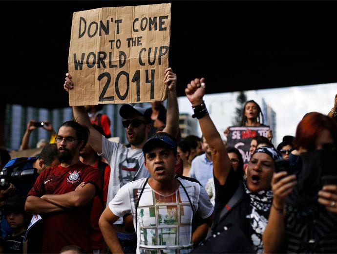 """Бразилци протестират с плакат """"Не идвайте на Световното първенство през 2014"""""""