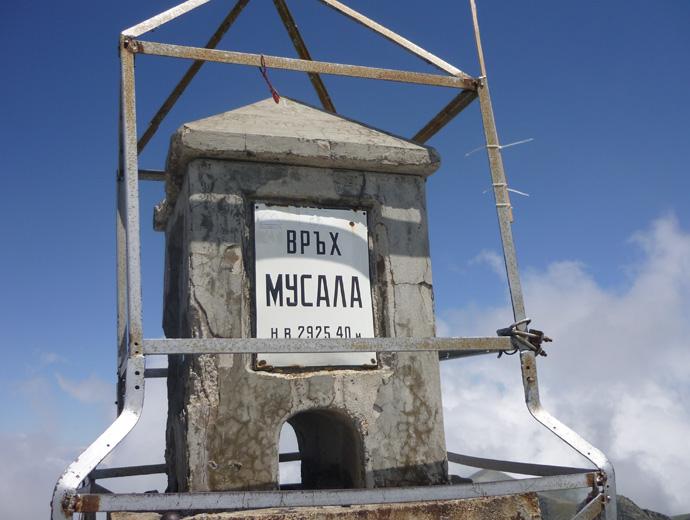 Плочата, намираща се на връх Мусала, Рила - 2925 метра.