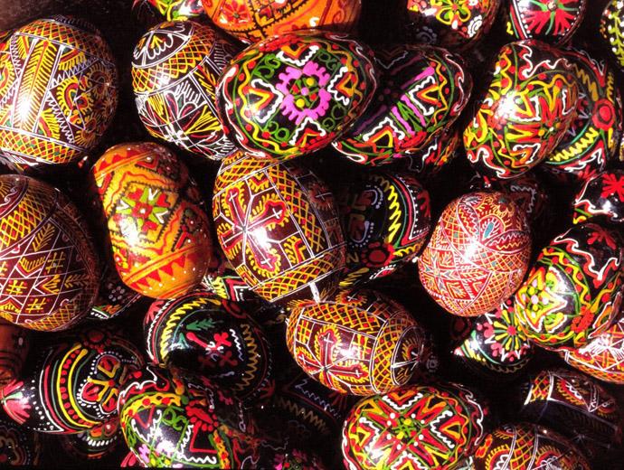 Великденски яйца с традиционни шарки.