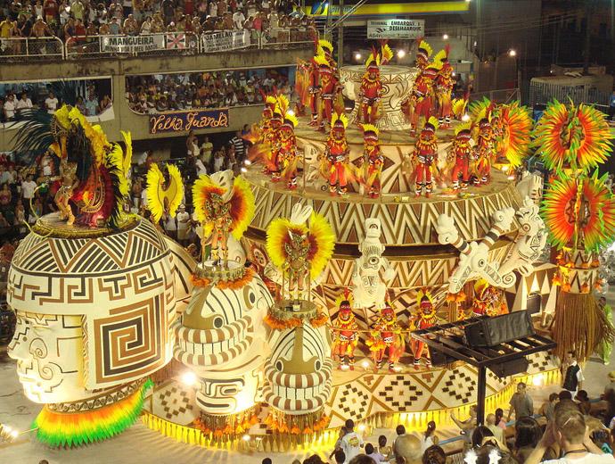 Участниците дефилират в пищни костюми на Карнавала в Рио де Жанейро