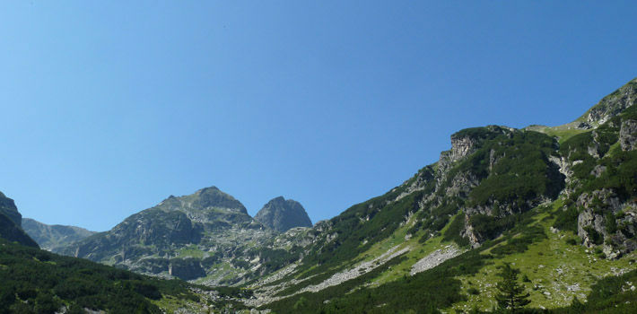 Връх Мальовица в Рила, гледан от местността край хижа Мальовица. Виждат се двата върха Малка и Голяма Мальовица, един пред друг.