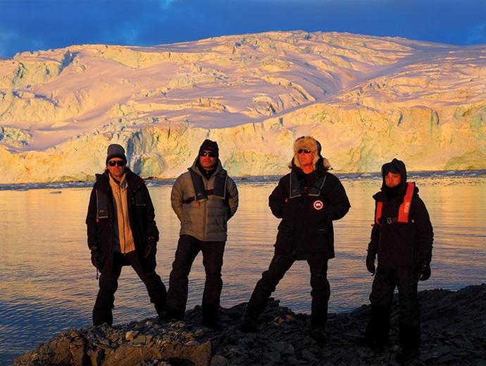 Металика по залез на фона на ледовете на Антарктида.