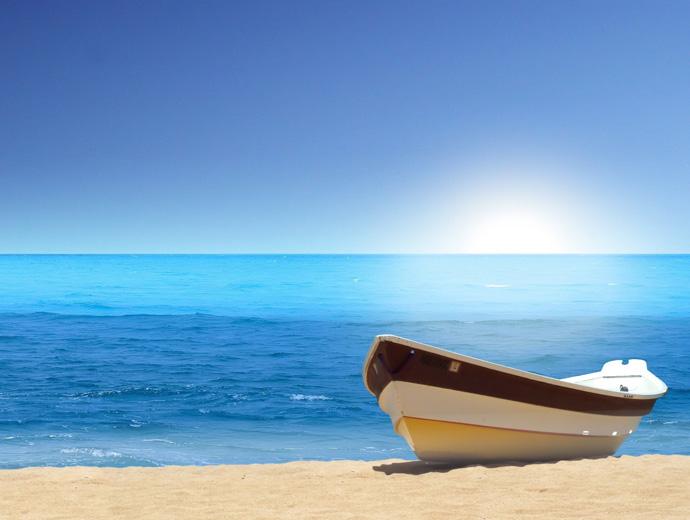 Малка лодка на брега на прекрасно синьо море.