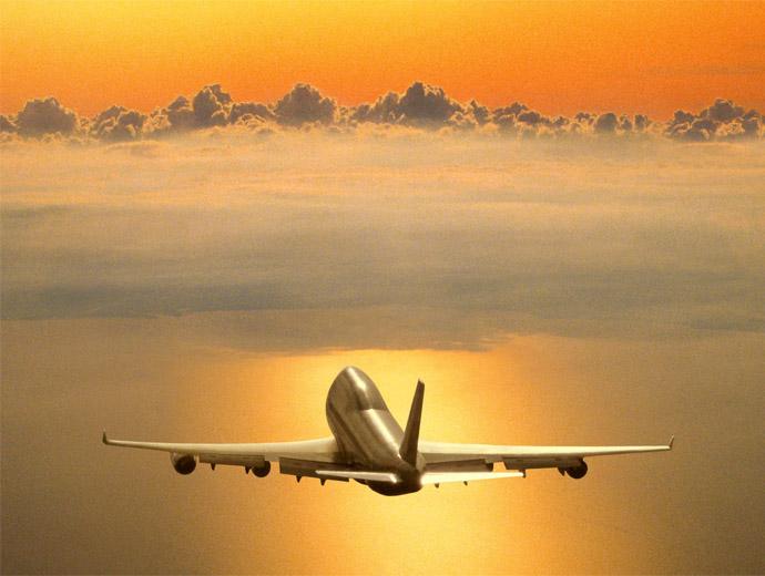 Самолет огряван от златистите лъчи на слънцето.
