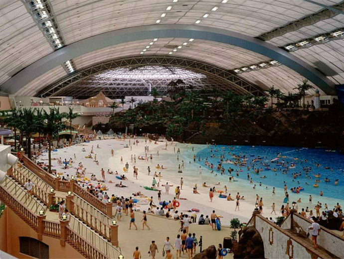 Вътрешността на The Ocean - виждат се многото туристи, както и белият пясък.