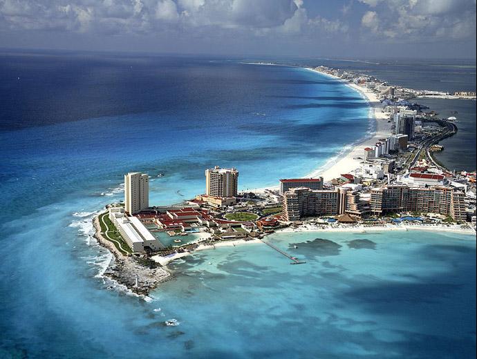 Мексиканския курорт Канкун и заобикалящите го тюркоазни води.