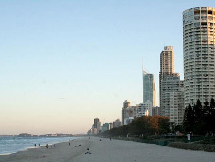 Раят за сърфистите в Австралия и небостъргачите до него.