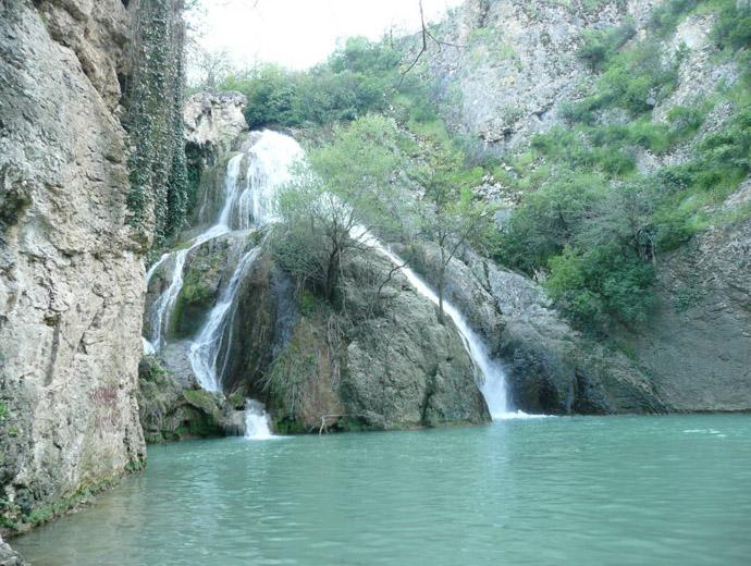 Хотнешки водопад (или Кая Бунар) и неговите прекрасни сини води.