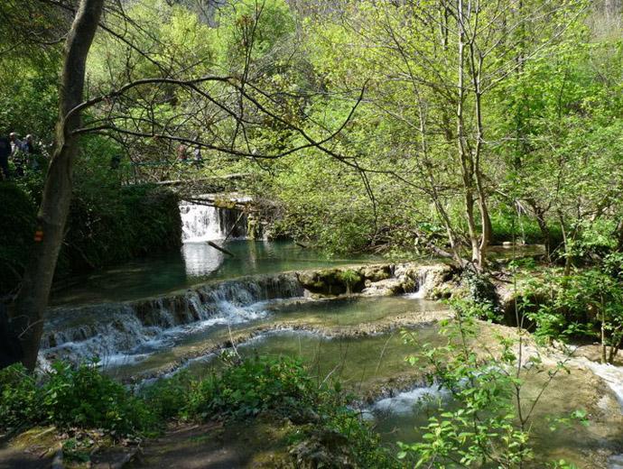 Крушунските водопади. Виждат се малките басейнчета между водопадите.