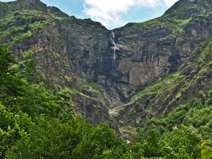 Видимското пръскало е вторият по височина водопад в България. Сниман е в период, когато струята му е едва забележима.
