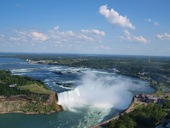 Ниагарския водопад е сред най-посещаваните туристически атракции в Северна Америка.