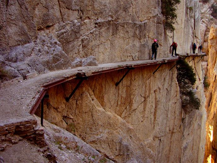 Въпреки че пътеката Ел каминито дел Рей е широка едва метър липсва парапет.