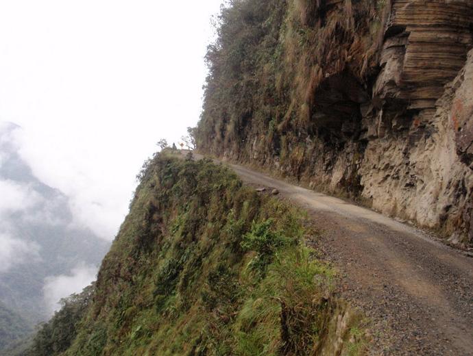Тесният Юнгас (Yungas) и отвесните скали.