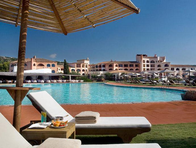 Един от многото басейни в луксозния комплекс Cala di Volpe в Сардиния, Италия
