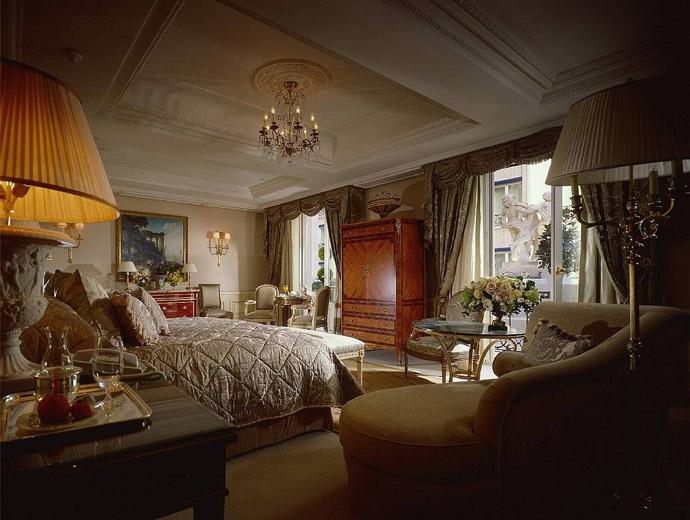 Мебели във френски стил в Four Seasons Hotel George V - Париж, Франция, връщащи ни във времето на френските крале.