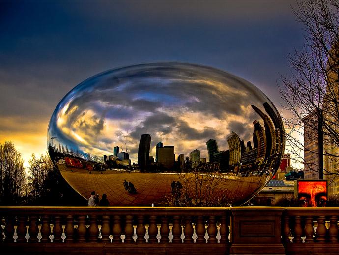 Снимка на Cloud Gate, Чикаго - скулптурата отразява небето и сградите по залез