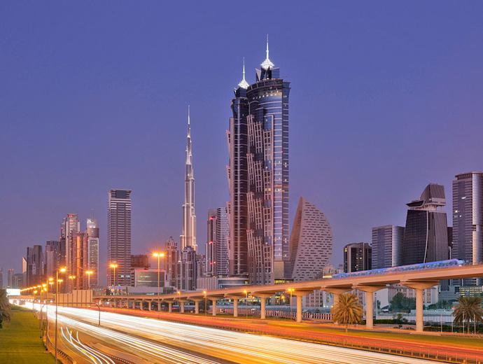 Най-скъпият хотел - JW Marriott Marquis, Дубай, точно до главния път Шейх Зайед.