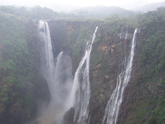 Водопадът Джог през сухия сезон. Ясно се вижда разликата, спрямо сезона на мусоните.