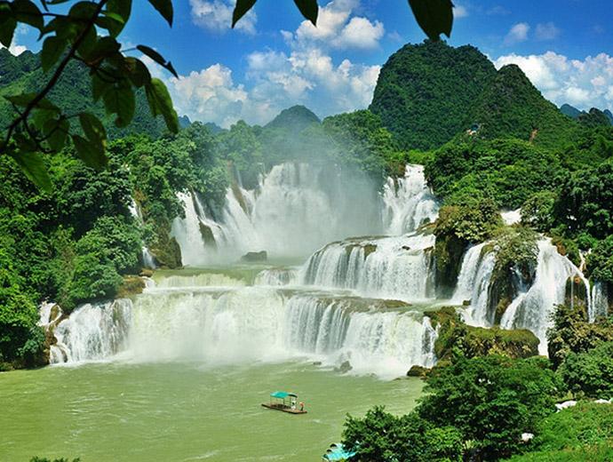 Водопадът Детиан, Китай, е най-широкият водопад в Азия.
