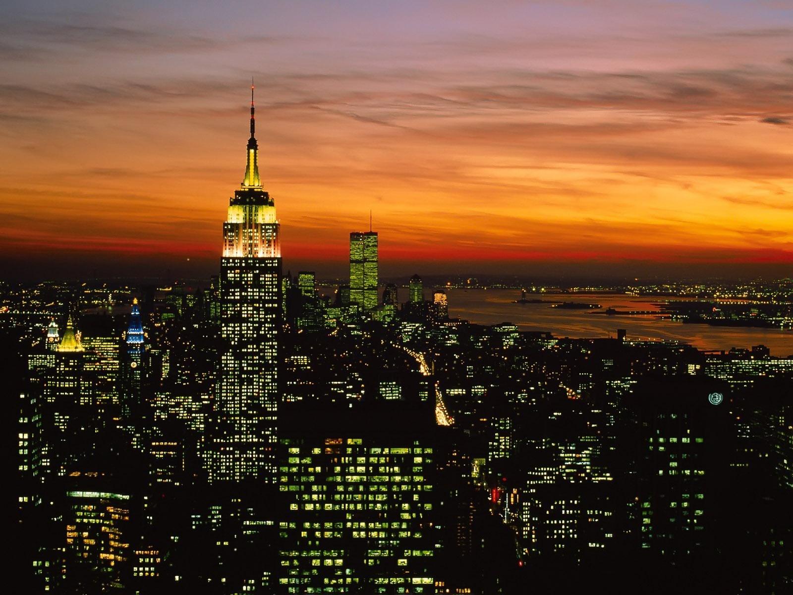 Емпайър стейт билдинг по залез. Една от емблематичните сгради в Ню Йорк, САЩ и в света като цяло.