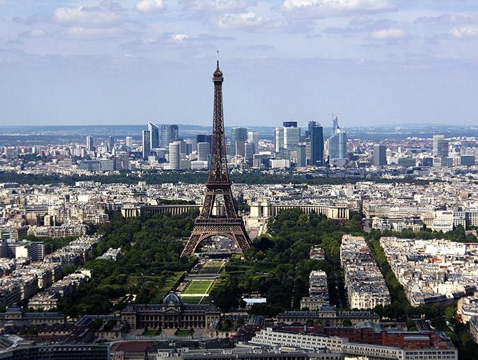 Айфеловата кула, е топ атракцията в Париж.