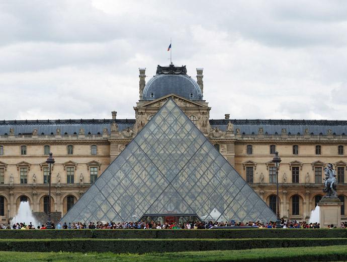 Лувърът е най-посещавания музей в света и главна забележителност на Париж.