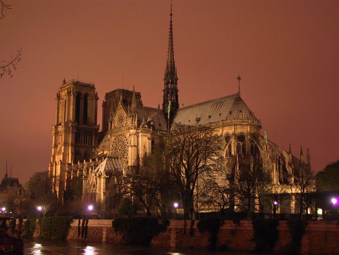 Нотр Дам през нощта. Нотр Дам е сред първите готически катедрали.